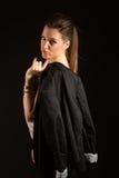 Ritratto di bella donna che posa nello studio con il rivestimento Immagine Stock