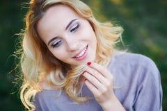 Ritratto di bella donna che sorride all'aperto nel parco Immagini Stock Libere da Diritti