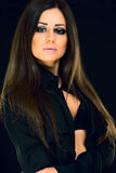 Ritratto di bella donna con capelli lunghi su fondo nero Fotografie Stock Libere da Diritti