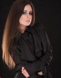 Ritratto di bella donna con capelli lunghi su fondo nero Immagini Stock Libere da Diritti