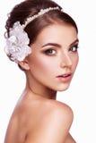 Ritratto di bella donna con i fiori in lei Fotografie Stock