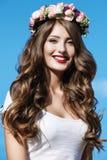 Ritratto di bella donna con i fiori in suoi capelli Fotografia Stock Libera da Diritti