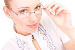 Ritratto di bella donna con i vetri su bianco Fotografia Stock Libera da Diritti