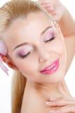 Ritratto di bella donna con il fiore dell'orchidea in suoi capelli. Bello Woman Face di modello. Pelle perfetta. Make-up.Makeup pr Immagine Stock Libera da Diritti