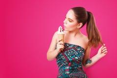 Ritratto di bella donna con il gelato su un fondo rosa Immagini Stock Libere da Diritti
