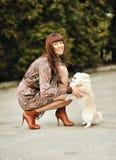 Ritratto di bella donna con il suo piccolo cane che ha buon tempo fotografia stock