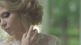 Ritratto di bella donna con la bottiglia di profumo video d archivio