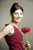 Ritratto di bella donna con un fiore fotografie stock libere da diritti