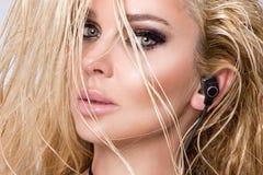 Ritratto di bella donna con un fronte perfetto, gli occhi di stupore e una pelle vellutata liscia degli occhi affumicati di trucc fotografie stock libere da diritti