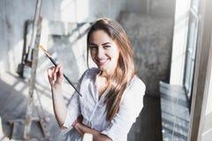 Ritratto di bella donna creativa dell'artista fotografia stock libera da diritti
