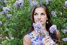 Ritratto di bella donna del brunnete in parco Fotografie Stock