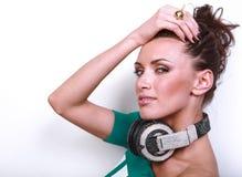 Ritratto di bella donna del DJ con capelli neri dentro Fotografie Stock Libere da Diritti