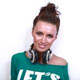 Ritratto di bella donna del DJ con capelli neri dentro Immagini Stock