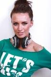 Ritratto di bella donna del DJ con capelli neri dentro Fotografie Stock