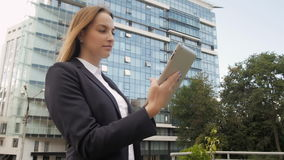 Ritratto di bella donna di affari che per mezzo del PC della compressa fuori del centro di affari stock footage