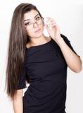 Ritratto di bella donna di affari in vetri d'uso del vestito blu fotografia stock libera da diritti