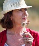 Ritratto di bella donna di invecchiamento che gode dell'estate che vaga nella campagna fotografia stock libera da diritti