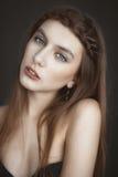 Ritratto di bella donna di modo sulla natura Modo puro di bellezza Immagine Stock