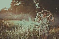 Ritratto di bella donna di modo sulla natura Modo puro di bellezza Immagini Stock