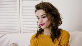 Ritratto di bella donna felice con trucco luminoso che esamina macchina fotografica con le emozioni sul tiro di foto archivi video