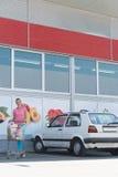 Ritratto di bella donna felice vicino al supermercato Fotografie Stock