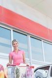 Ritratto di bella donna felice vicino al supermercato Immagine Stock Libera da Diritti