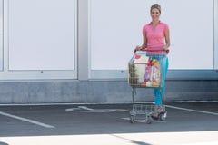 Ritratto di bella donna felice vicino al supermercato Immagini Stock Libere da Diritti