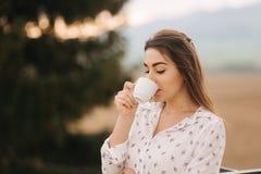 Ritratto di bella donna fuori Lei che beve un caffè sul terrazzo immagini stock libere da diritti
