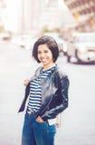 Ritratto di bella donna ispanica latina sorridente della ragazza dei giovani pantaloni a vita bassa con il peso dei capelli di sc Immagine Stock Libera da Diritti
