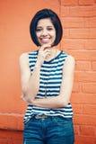 Ritratto di bella donna ispanica latina sorridente della ragazza dei giovani pantaloni a vita bassa con il peso dei capelli di sc Fotografie Stock