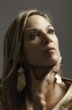 Ritratto di bella donna matura bionda in oro che tiene la sua mano alla sua gola Fotografia Stock Libera da Diritti