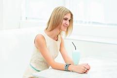 Ritratto di bella donna nel caffè Fotografie Stock
