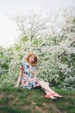 Ritratto di bella donna nel giardino di fioritura di primavera Immagini Stock