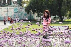 Ritratto di bella donna nel giardino soleggiato di estate Fotografie Stock