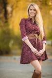 Ritratto di bella donna nel parco di autunno Immagini Stock