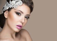 Ritratto di bella donna nell'immagine della sposa con pizzo in suoi capelli Fronte di bellezza Fotografia Stock