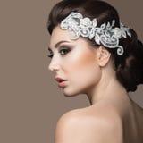 Ritratto di bella donna nell'immagine della sposa con pizzo in suoi capelli Fronte di bellezza Fotografie Stock