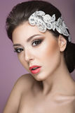 Ritratto di bella donna nell'immagine della sposa con pizzo in suoi capelli Fronte di bellezza Vista posteriore dell'acconciatura Fotografia Stock