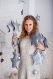 Ritratto di bella donna nell'interno con il Natale dicembre Fotografia Stock