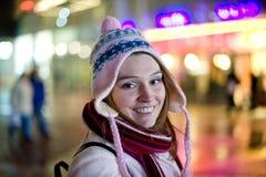 Ritratto di bella donna nella scena di notte fotografia stock libera da diritti
