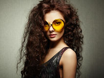 Ritratto di bella donna in occhiali da sole su fondo bianco Fotografia Stock