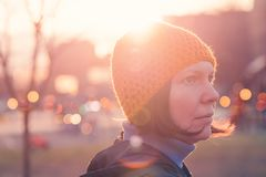 Ritratto di bella donna in 40s contro luce solare di autunno fotografia stock