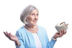 Ritratto di bella donna senior che posa con la borsa Fotografie Stock