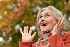 Ritratto di bella donna senior in parco Fotografia Stock Libera da Diritti