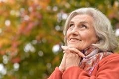 Ritratto di bella donna senior in parco Immagine Stock Libera da Diritti