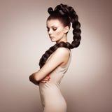 Ritratto di bella donna sensuale con l'acconciatura elegante Fotografie Stock Libere da Diritti