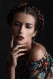 Ritratto di bella donna sensuale con l'acconciatura elegante Immagine Stock