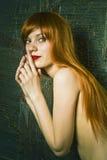 Ritratto di bella donna sensuale con la h elegante Fotografie Stock Libere da Diritti