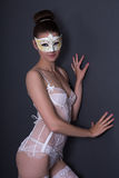 Ritratto di bella donna sexy nella biancheria e nel mA nuziali bianchi Fotografia Stock