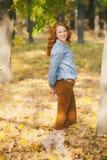 Ritratto di bella donna sorridente alle foglie di autunno immagine stock libera da diritti